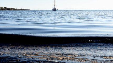 """Η θάλασσα έχει ξεβράσει μαζούτ στη δημοτική πλαζ του Δήμου Ελληνικού. Αμμουδιές της παραλιακής ζώνης της Αθήνας και βεβαίως οι ακτές της Σαλαμίνας έχουν ρυπανθεί από το πετρέλαιο που διέρρευσε από το ναυάγιο του πετρελαιοφόρου πλοίου """"Αγία Ζώνη ΙΙ """" που βούλιαξε την Κυριακή στο Σαρωνικό κόλπο. Συνεργεία καταβάλουν προσπάθεια να μην επεκταθεί η ρύπανση και να καθαρίσουν τις ακτές."""